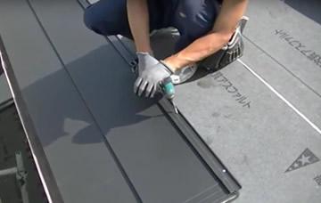 新しい屋根材の設置